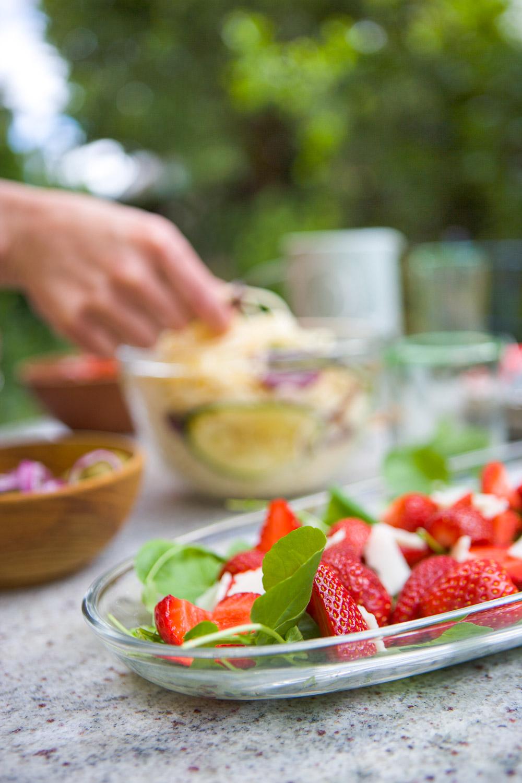 00449 Mesa con platos en el jardín y mano